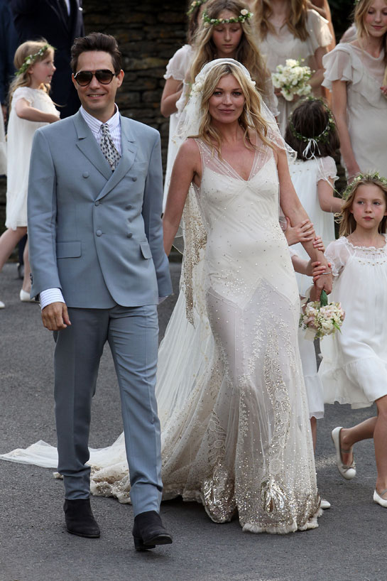 les_mannequins_en_blanc_kate_moss_john_galliano_mariage_979923112_north_545x